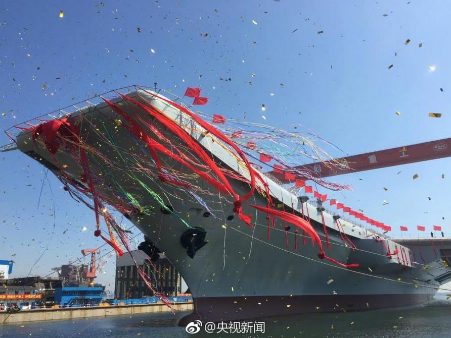 Stapellauf von Chinas erstem selbst gebauten Flugzeugträger