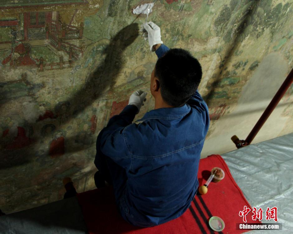 """中国壁画修复师的""""工匠""""情:一代代人呵护的历史记忆"""