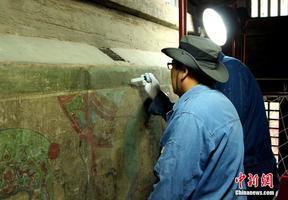 """壁画修复师的""""工匠""""情:一代代人呵护的历史记忆"""