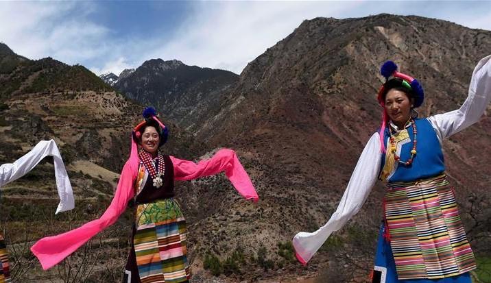 Ein Tanz wie Fliegen in der verschneiten tibetischen Heimat
