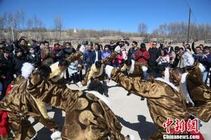 Tibeter in Qinghai bieten Zerou dar