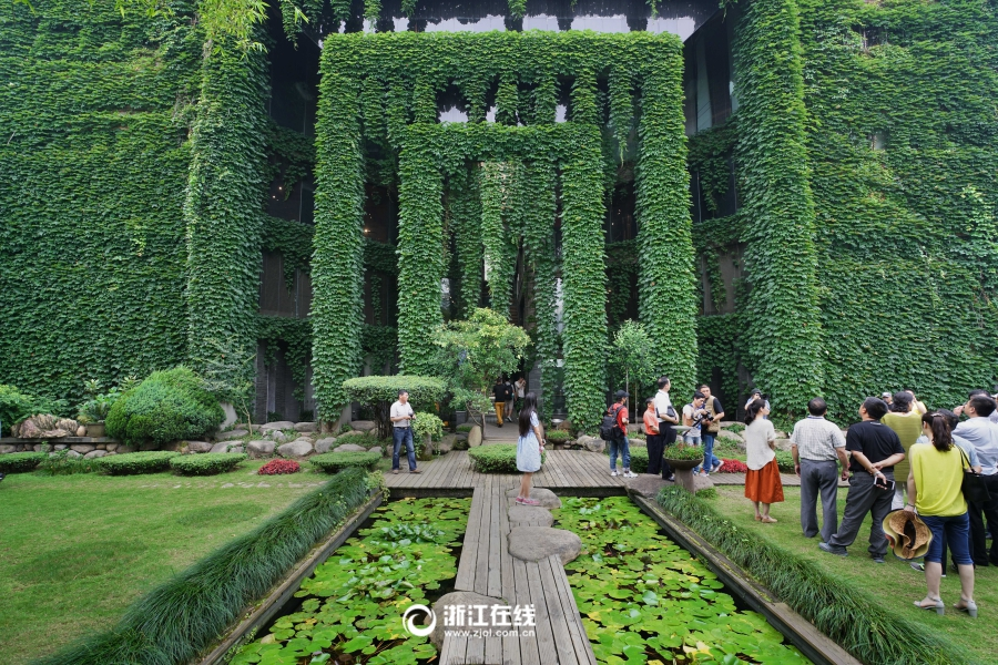 Märchenhafte Gebäude: Grüne Fassade gegen Sommerhitze