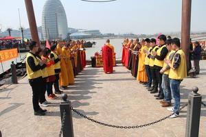 """安庆市佛教协会""""规范放生""""现场会在太湖县花亭湖隆重举行"""