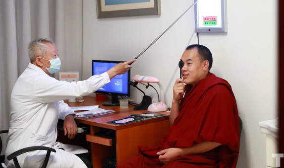 Mönche machen Gesundheitsuntersuchung in Peking