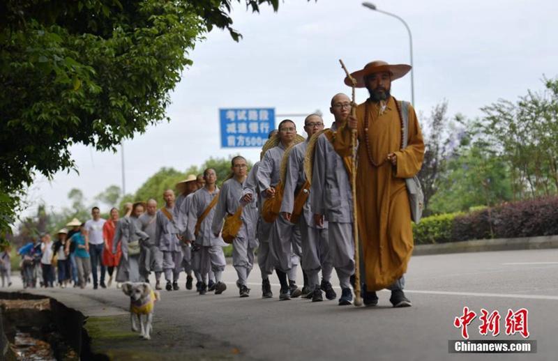 13 Möche wandern 2.600 Kilometer zum Emei-Berg