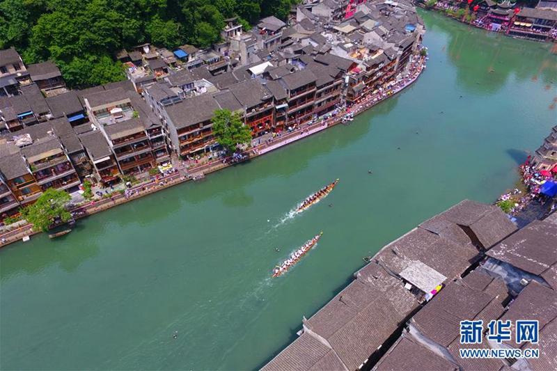 Drachenboot-Wettbewerb in der Altstadt Fenghuang
