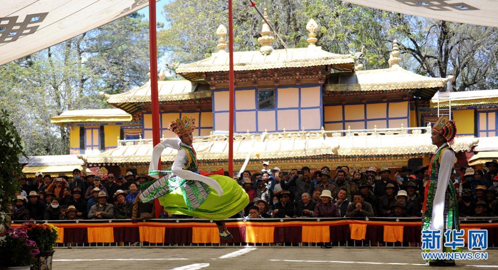 Tibetan opera performed at Norbulingka