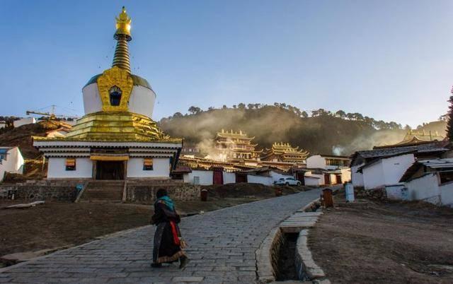 Lhamo Monastery in mist