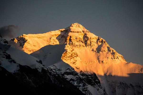 Tenzin Norbu: Schneeberg und grüner Sportplatz