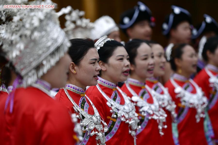 Ethnische Gruppe Dong singt und spielt Lusheng