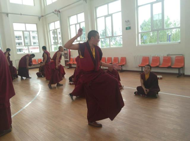 Buddhistisches Institut Qinghai: Kombi aus Unterricht und Sutra-Debatte