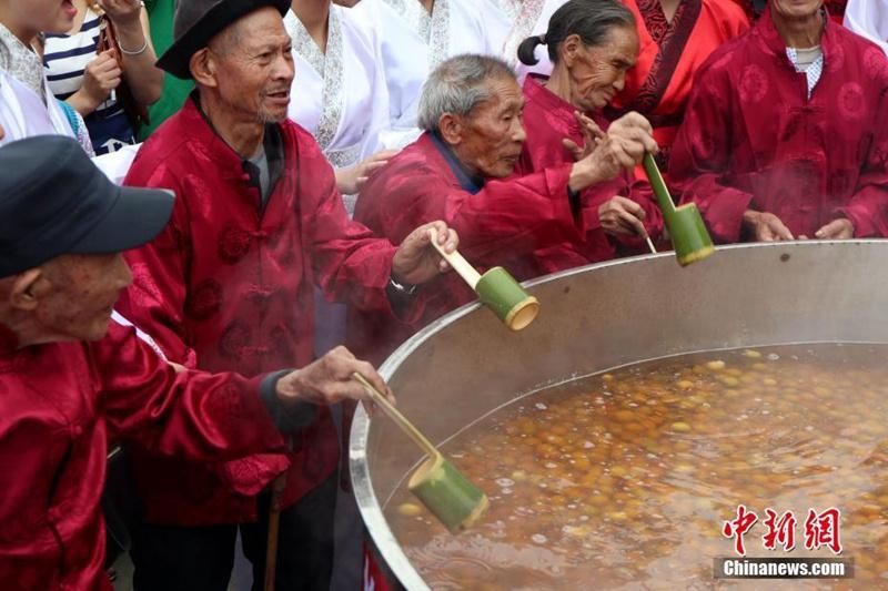 Hundertjährige kochen zwei Tonnen Pflaumenwein im Riesentopf