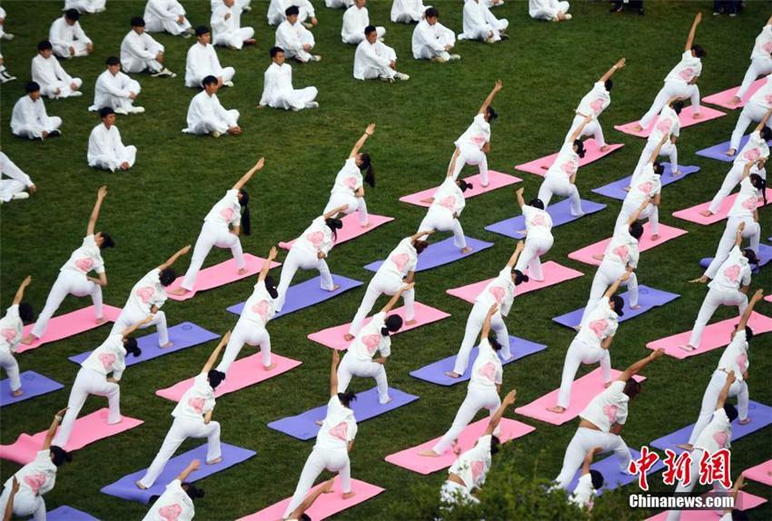 Über 1.000 Menschen feiern in Yunnan den Weltyogatag