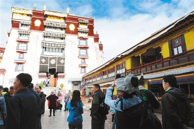 西藏:特色纪念品 引游客驻足