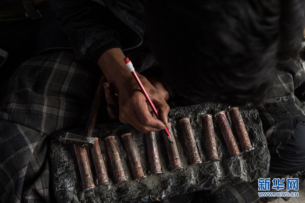 Inheritor of Tibetan knife craftsmanship