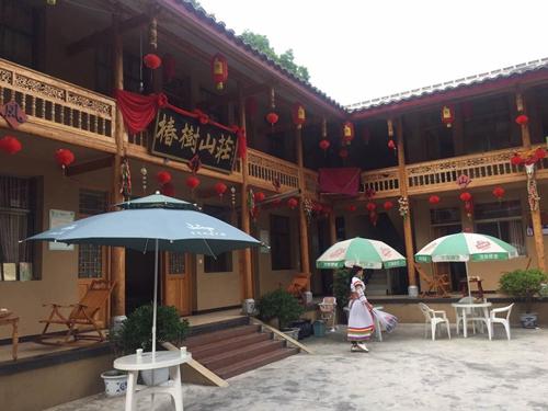 甘肃陇南:传统村寨旅游火 古老藏乡摘穷帽