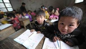 探访流动儿童:受教育条件差 超八成存健康问题