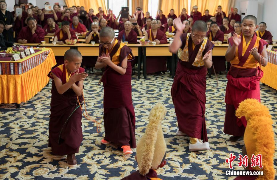 First class of teenage Living Buddha hold graduation