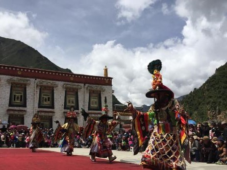 Göttertanz im alten Kloster Tibets