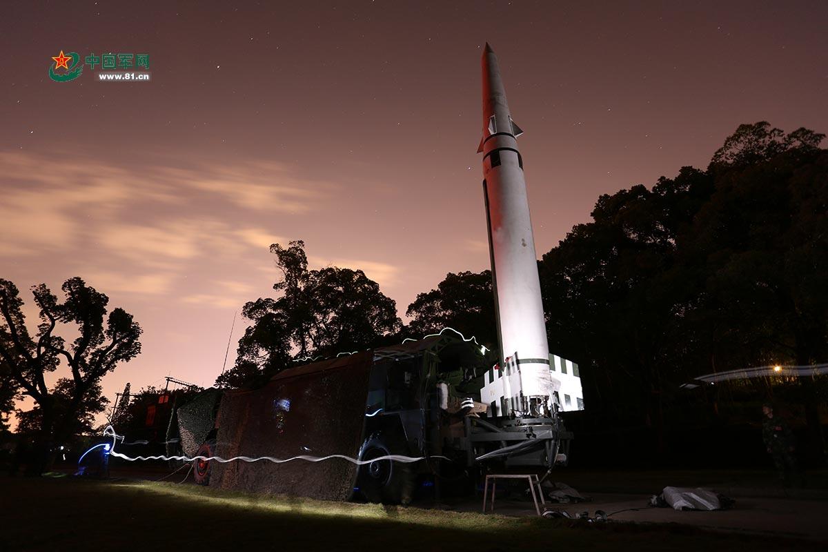 野外陌生地域,火箭军某旅夜间连续火力突击