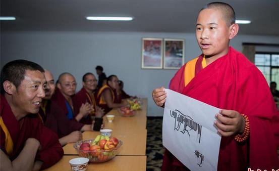 Junge Rinpoche spielen in einem englischen Drama
