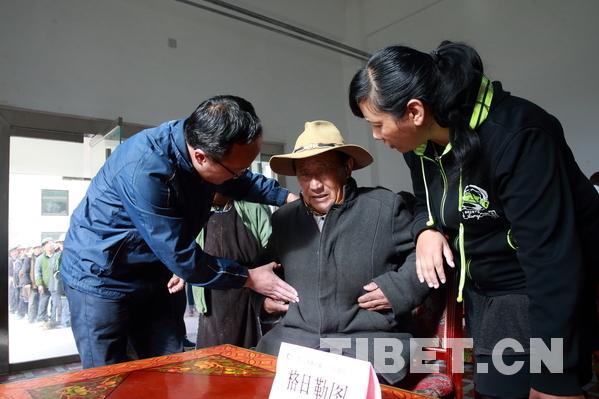 Medizinische Experten beraten allein lebende Senioren