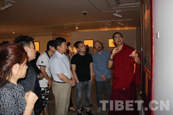 Mönch des tibetischen Buddhismus, der neuartige Thangka-Werke schafft