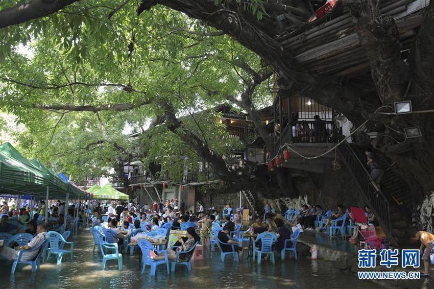 Teehaus im Wasser in Südwestchina