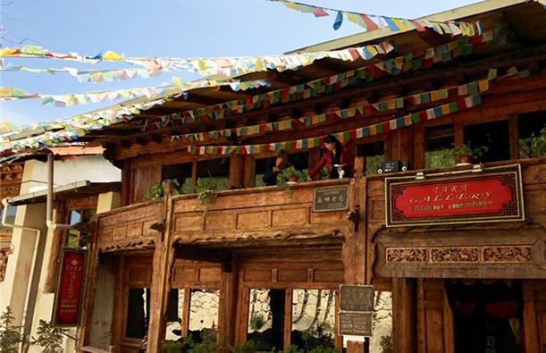 Suche nach alten Häusern im tibetischen Stil in der alten Stadt Dukezong