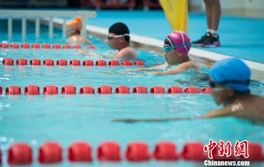 Tibetische Massen nehmen an Schwimm-Fitness-Woche teil