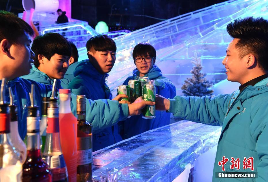 40 Grad Temperaturunterschied: Bar aus Eis bietet im Sommer kühles Paradies