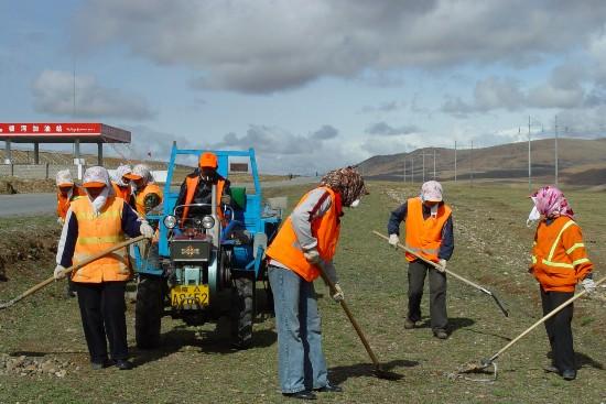 西藏加大公路养护力度 开展美丽公路创建工作