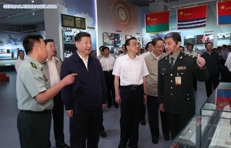 Chinas Führungen besuchen Ausstellung zur Markierung des 90. Jahrestages der Gründung der VBA