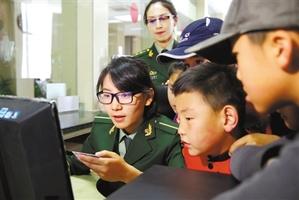 拉萨市的部分小学生进警营 学知识