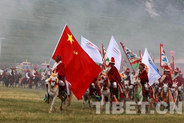Ausländische Touristen jauchzen beim Pferderennfestival in Yushu