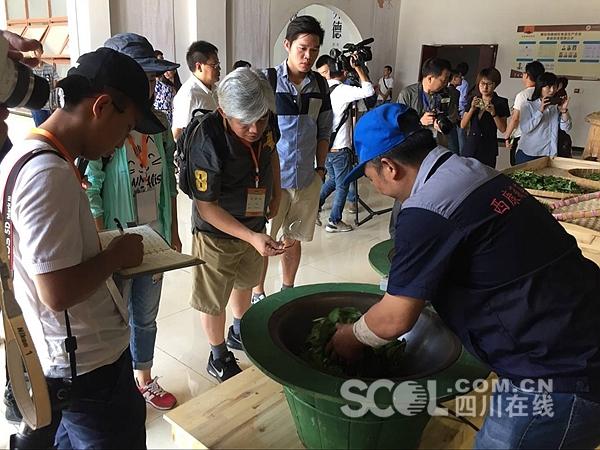 Cross-Strait journalists visit Tibetan tea village