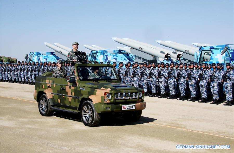 Xi Jinping inspiziert die Truppen bei der Militärparade zum Begehen des 90. Geburtstages der VBA