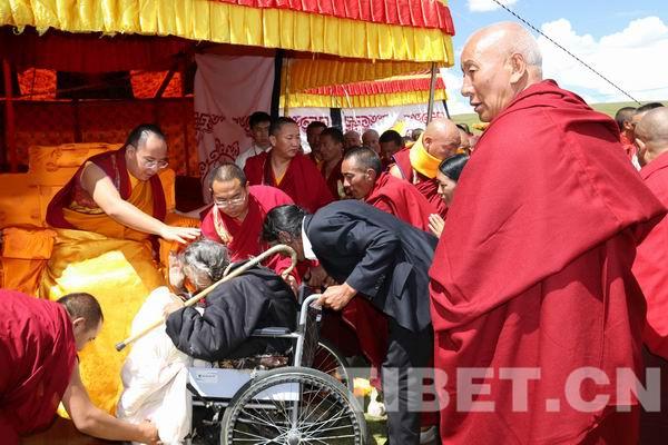 Panchen Lama erteilt Segen