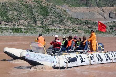 Qinghai: Motorschiff startet die erste Rafting-Fahrt