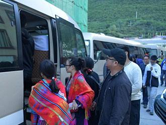 九寨沟震区最后一批游客安全转移