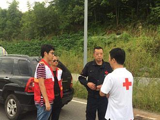 红十字会第四批救灾物资连夜向九寨沟地震灾区运送