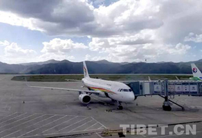 藏航首架抗震救灾航班运送127名滞留旅客安全抵达成都