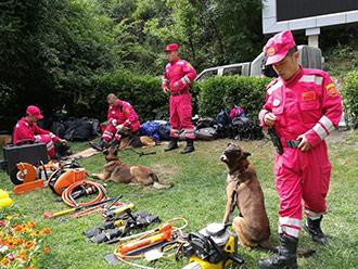 国家救援队抵达九寨沟震区准备展开搜救工作