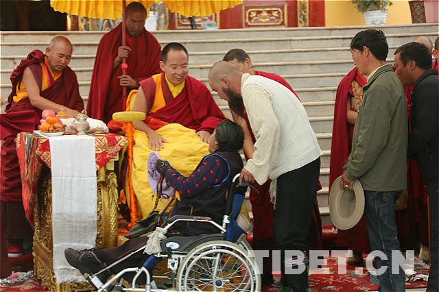 Der Panchen Lama segnet im Dechen Gesang Phodrang die Gläubigen