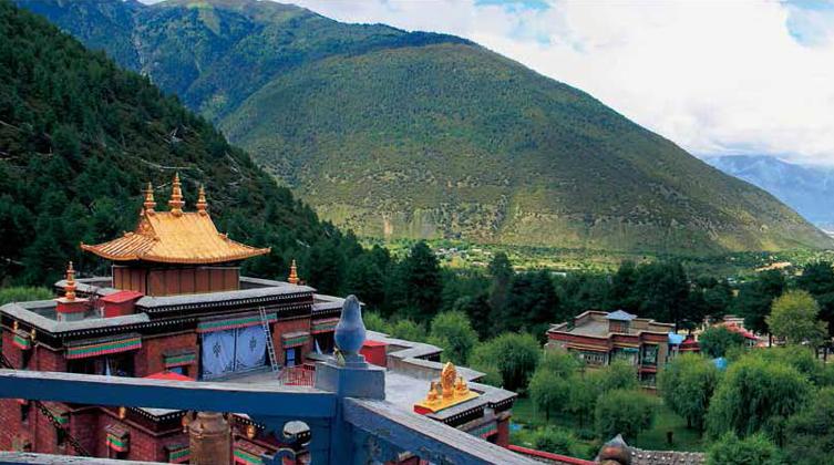尼洋河畔的喇嘛岭寺