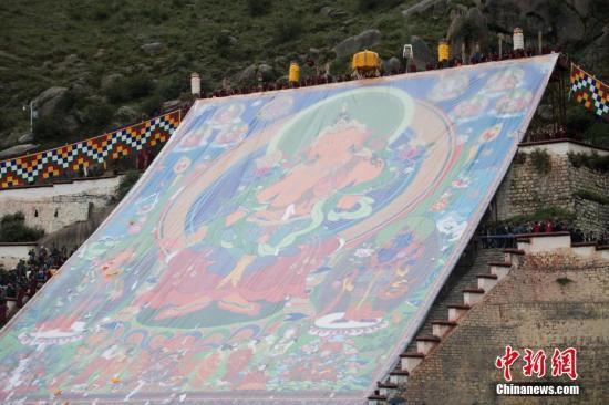 西藏拉萨雪顿节开幕:哲蚌寺首次展出强巴佛唐卡