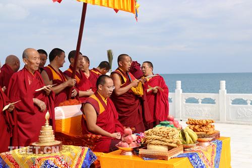 班禅在青海湖祭海台观湖祭海 在茶卡盐湖接受蒙藏信众朝拜——班禅青海考察行之圣湖篇