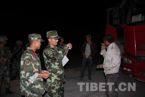 边防官兵夜间行动 突击检查过往边境人员及车辆