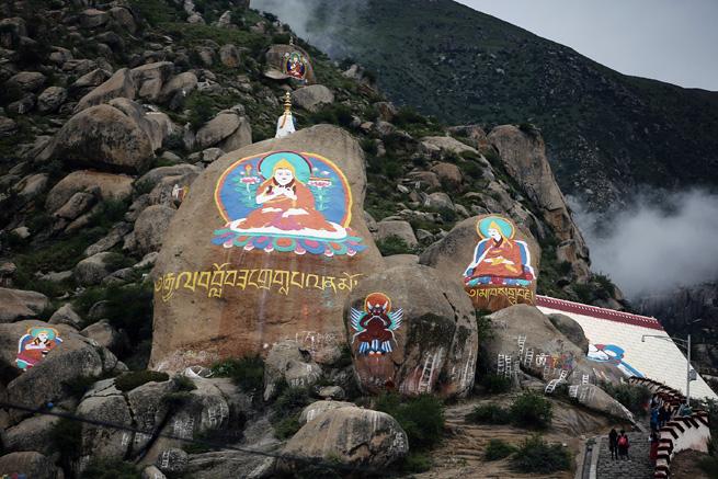 Lhasa: Pilger im Drepung-Kloster