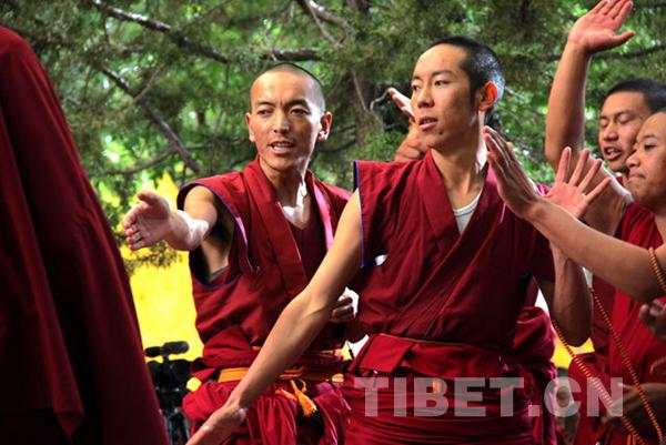中国藏语系高级佛学院高级学衔班赴甘丹寺辩经实习